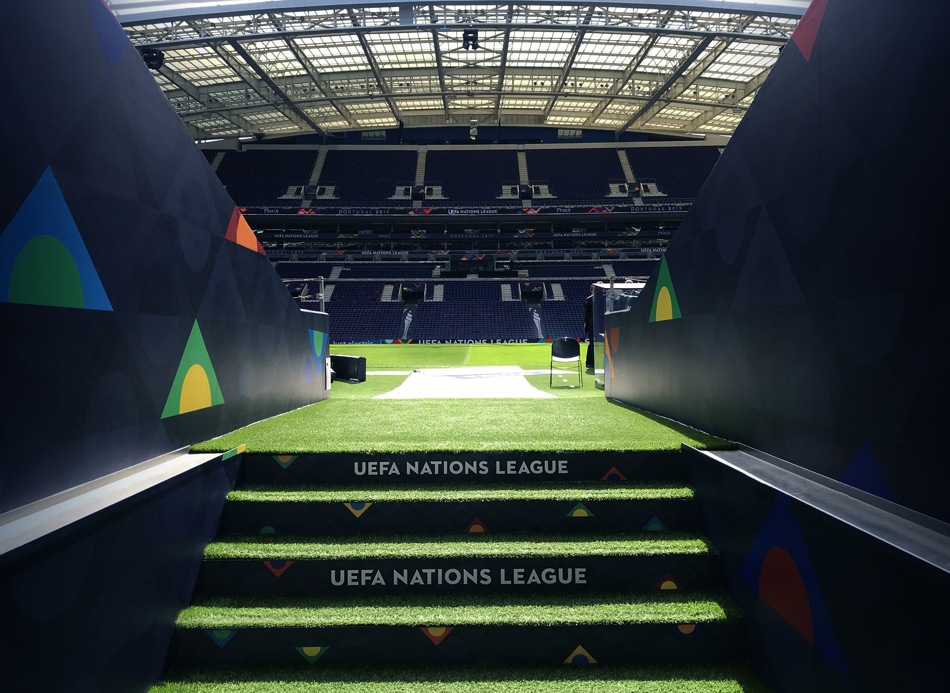 Producción y montaje de publicidad deportiva para eventos. Proyecto realizado para UEFA.